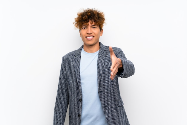 Mode homme afro-américain se serrant la main pour la fermeture d'une bonne affaire