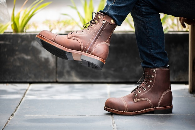 Mode homme portant des jeans et des bottes en cuir