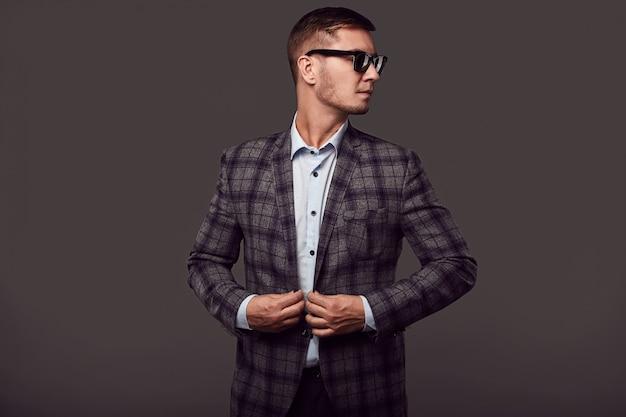 Mode jeune bel homme avec des lunettes de soleil à la mode