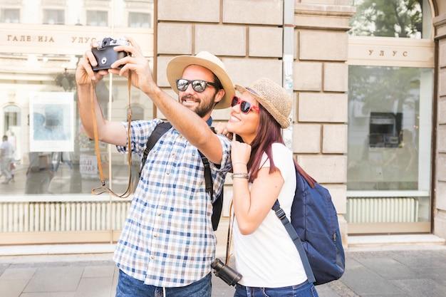 La mode jeune couple prenant selfie à la caméra