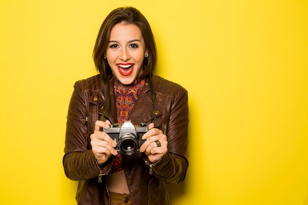 Mode jeune femme fait la photo avec un vieil appareil photo