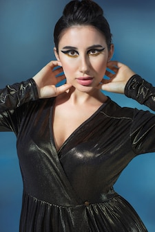 Mode jeune femme en robe élégante noire. modèle glamour dans une pose de mode, maquillage élégant
