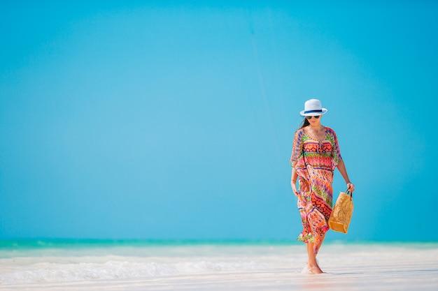 Mode jeune femme en robe verte sur la plage