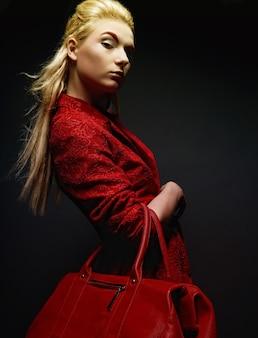 Mode jeune femme avec sac rouge