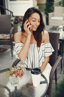 Mode jeune fille dans un café d'été
