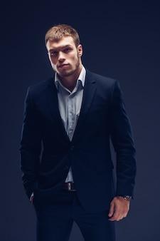 Mode jeune homme en costume de luxe