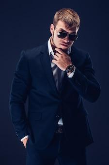 Mode jeune homme à lunettes de soleil, costume de luxe