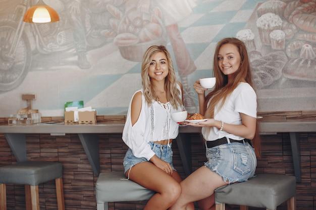 Mode jeunes filles assises dans un café