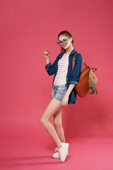 Mode jolie femme posant étudiant de luxe de style d'été