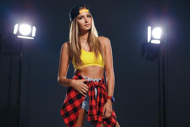 Mode jolie jeune fille portant une casquette et une chemise à carreaux