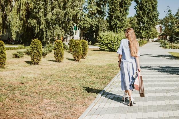 Mode jolie jeune fille avec des sacs à provisions