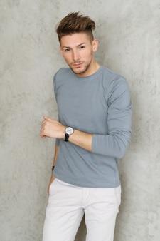 Mode masculine, jeune homme posant