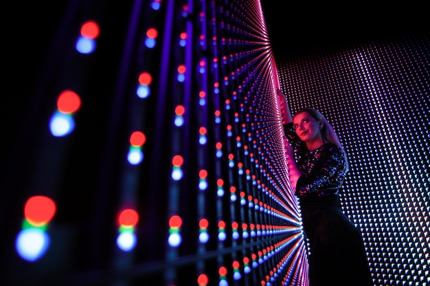 Mode modèle femme en lumières lumineuses colorées néon uv bleu et violet, belle fille