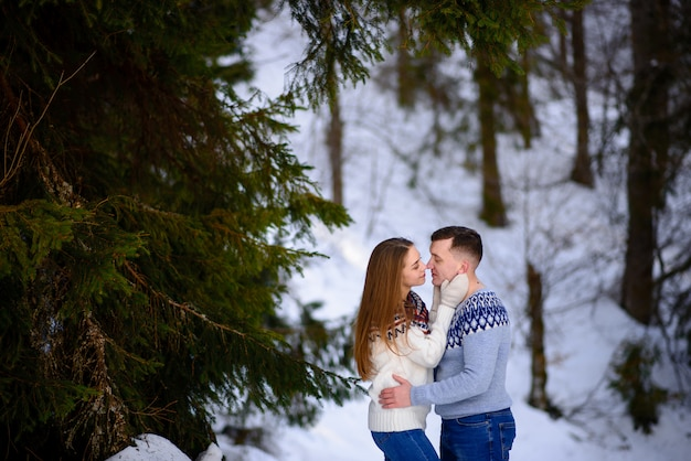 Mode plein air jeune couple sensuel en hiver froid wather. aimer et embrasser