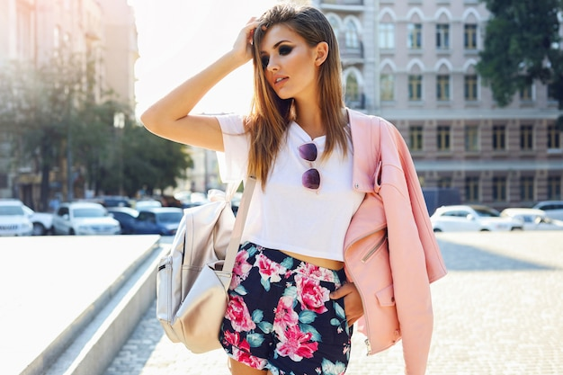 Mode plein air rue stile portrait de jolie femme en tenue décontractée d'automne marchant dans la ville. belle fille brune ou étudiante appréciant les week-ends.
