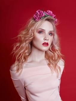 Mode portrait belle femme blonde maquillage