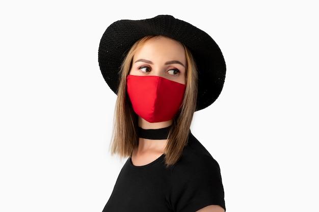 Mode portrait de belle femme en masque de protection à la mode.