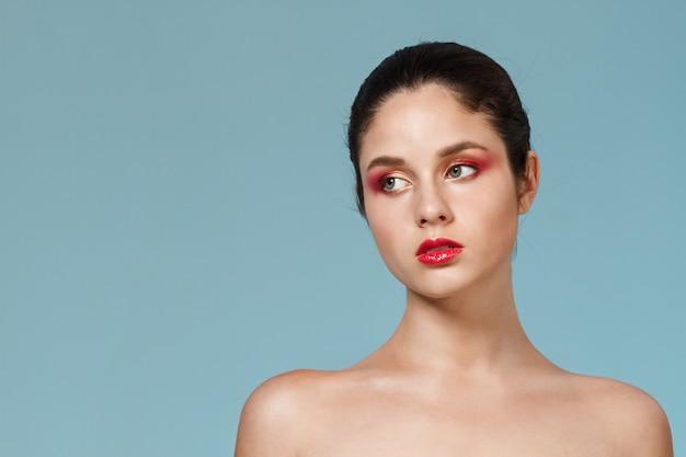 Mode portrait de la belle jeune femme avec un maquillage lumineux.