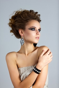 Mode portrait de la belle jeune femme