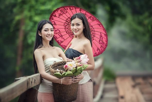 Mode portrait de belle jeune fille en forêt, femmes à la peau parfaite. concept de soins de la peau. peau fraîche et propre.