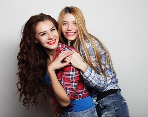 Mode portrait de deux meilleures amies de filles sexy hipster élégantes, portant des tenues décontractées