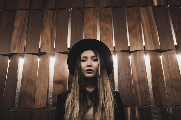 Mode portrait femme asiatique au chapeau.