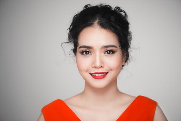 Mode portrait de femme asiatique avec une coiffure élégante. maquillage parfait.