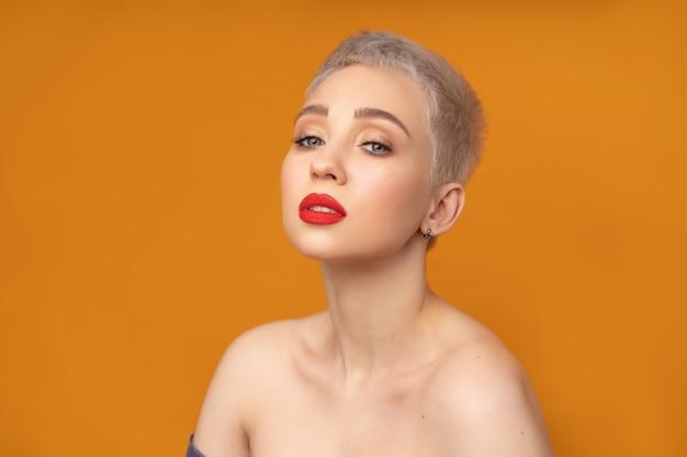 Mode portrait femme aux cheveux courts, lèvres rouges et épaules nues