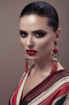 Mode portrait une femme aux yeux charbonneux maquillage