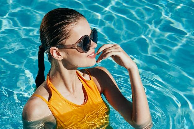 Mode portrait de femme en maillot de bain jaune à la piscine