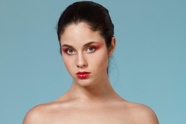 Mode portrait de femme avec un maquillage lumineux.