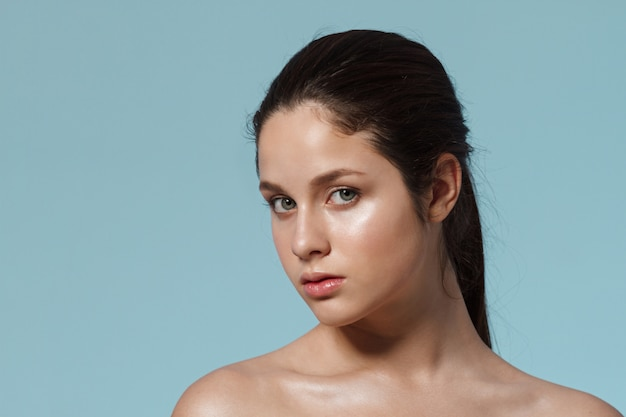 Mode portrait de femme avec un maquillage naturel.