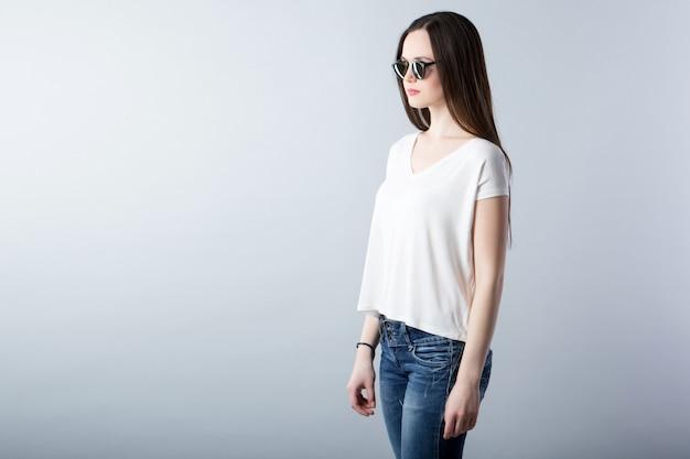 Mode portrait d'une femme moderne à lunettes de soleil
