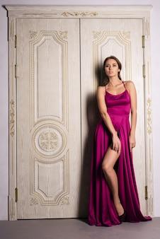 Mode portrait d'une femme posant dans une belle robe de soirée