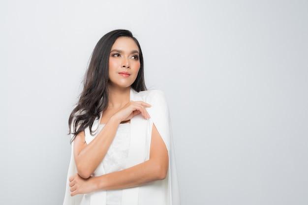 Mode portrait femme vêtu d'un costume blanc.