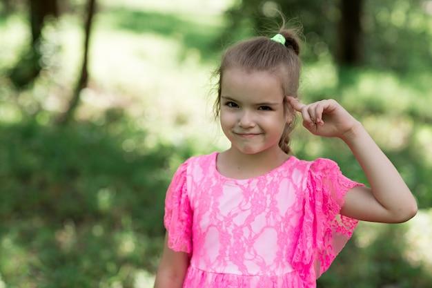 Mode portrait de fille élégante souriante et posant