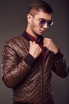 Mode portrait de jeune bel homme