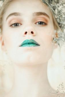 Mode portrait de jeune femme blonde. belle fille avec des lèvres vertes. concept mère nature