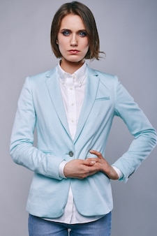 Mode portrait de jeune femme élégante en veste homme azur