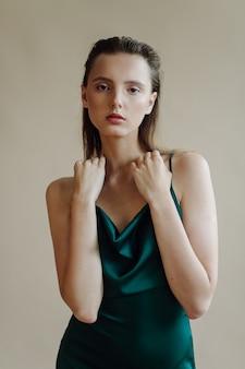 Mode portrait de jeune femme élégante