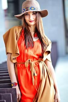 Mode portrait de jeune femme hippie modèle en journée ensoleillée d'été en vêtements hipster colorés lumineux en chapeau