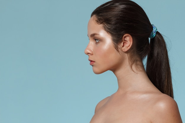 Mode portrait de jeune femme avec un maquillage naturel.