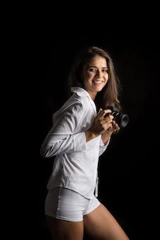Mode portrait de jeune femme photographe avec caméra