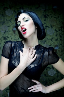 Mode portrait de jeune fille art. style de camp. femme vampire glamour.