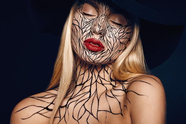 Mode portrait de jeune fille aux lèvres rouges et faceart