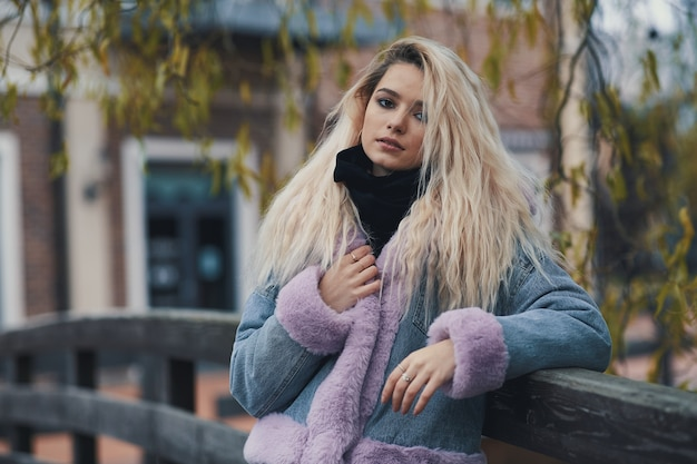 Mode portrait de jeune fille blonde dans la ville