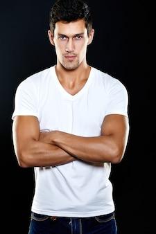 Mode portrait de jeune homme de race blanche. beau modèle dans des vêtements décontractés qui pose en studio. homme séduisant