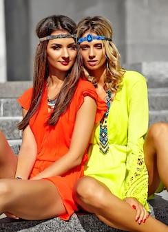 Mode portrait de jeunes femmes hippies modèles en journée ensoleillée d'été dans des vêtements hipster colorés lumineux