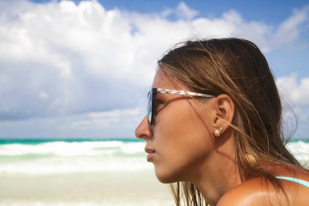 Mode portrait en plein air du visage de la belle jeune femme à lunettes de soleil
