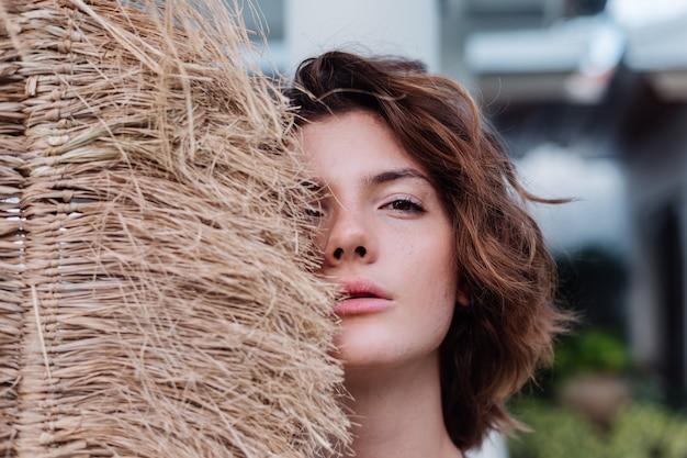Mode portrait en plein air de femme brune cheveux courts avec balai